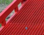 4) La superficie de rejillas proporciona una excelente adherencia de ruedas de un montacargas con superficie incluso en condiciones de frìo crudo. Los agujeros de rejilla dejan pasar libremente agua, suciedad, nieve y otras sustancias, para que nada pueda molestar al movimiento de las ruedas de montacargas.